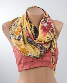 GIALLO e foglie colorate modello sciarpa per lei. Sciarpa di modo. Fascia per capelli. Avvolgere il collo con perline colorate. Festa della mamma.