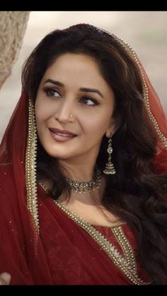 Madhuri Dixit in Dedh Ishqiyan Beautiful Bollywood Actress, Most Beautiful Indian Actress, Bollywood Saree, Bollywood Fashion, Madhuri Dixit Saree, Sabyasachi, Aishwarya Rai Photo, Indian Star, Indian Beauty
