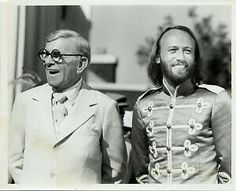Mo w / George Burns . Sgt Pepper-Film - The Brothers Gibb - Peppers George Burns, Sgt Pepper Movie, Peter Frampton, Andy Gibb, First Night, Friends Family, Rock N Roll, Robin, Twins