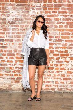 Pin for Later: Weiße Blusen sind ganz und gar nicht bieder! Look 6: Relaxt und super modisch Produkte: Banana Republic Top, Reiss Shorts, Newbark Schuhe, Ringe von Fallon, Bobbi Brown Sonnenbrille