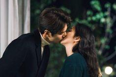 """Lee Min Ho y Kim Go Eun comparten un beso conmovedor en el próximo episodio de """"The King: Eternal Monarch"""""""