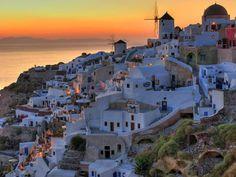 Santorini, Cicladi, Grecia. Santorini è senza dubbio uno degli spettacoli naturali più suggestivi del Mediterraneo. Le case bianche con le porte e le finestre blu formano un anfiteatro, e riflettono la terra nera bruciata dell'isola. Sono migliaia i villeggianti, i turisti, le celebrità, gli sposi in luna di miele ed i greci che visitano Santorini ogni estate per trascorrere una vacanza indimenticabile.