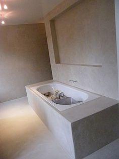 mooie badkamer met betonstuc op de muren