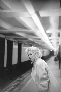 Esperando el tren en la Grand Central Station. | 31 Fotos cándidas de Marilyn Monroe en Nueva York