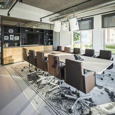 Een industrieel en stoer kantoorinterieur met verwijzingen naar de wereld van de scheepvaart. #SMTShipping #DZAP #office #interior #design #styling #industrial #kantoor #interieur #ontwerp #cyprus #architecture #meetingroom #map #carpet