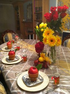 Rosh Hashana Table Decor - While I am not Jewish I have been looking into different recipes and ideas that would be good for Jewish patrons of a new restaurant idea.