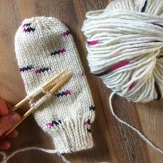 Moufles ou mitaines ? Les tutos Knitted Hats, Needlework, Knitting Patterns, Winter Hats, Weaving, Pandora, Projects, Kids, Handmade