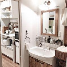 lovelyzakkaさんの、サニタリー,夜,ウォールランプ,ディアウォール,ダイソーの板,洗面台DIY,足場板の鏡についての部屋写真