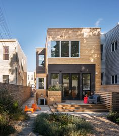 BFDO Architects renovated the Street House, a wood frame townhouse that came with a tiny side yard and front and back extensions. Duplex, Townhouse, Renovation Facade, Wood Frame House, Architecture Résidentielle, Cedar Siding, Street House, Small House Design, Design Case