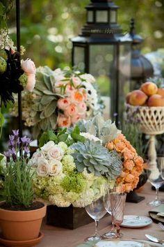 Mesa con  flores.