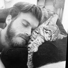 Kivanc Tatlitug 'n miishii. Turkish Men, Turkish Actors, Kurt Seyit And Sura, Celebrities With Cats, Travis Fimmel, Cat People, Man Vs, Cute Guys, Cats And Kittens