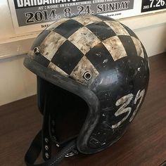 Retro Motorcycle Helmets, Retro Helmet, Biker Helmets, Motorcycle Paint Jobs, Vintage Helmet, Bobber Motorcycle, Motorcycle Style, Vintage Racing, Custom Helmets