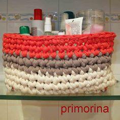 Cesto para el baño con ganchillo XL, hecho con varios tonos de trapillo (naranja flúor, marrón topo y blanco roto)