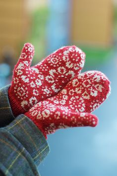 Perianth pattern by Barbara Gregory. Red and white or pale grey mittens! Knit for next winter?