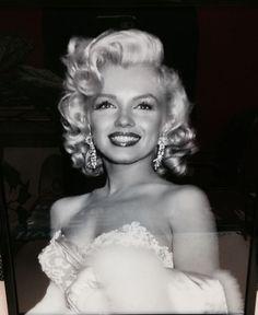 Monroe Marilyn Monroe looking stunning.Marilyn Monroe looking stunning. Glamour Hollywoodien, Old Hollywood Glamour, Vintage Hollywood, Classic Hollywood, Marilyn Monroe Photos, Marilyn Monroe Makeup, Marilyn Monroe Hairstyles, Marylin Monroe Style, Marilyn Monroe Haircut