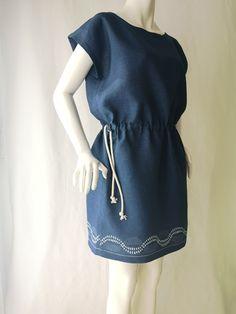 Der traditionelle Mühlviertler Blaudruck wird von Marie Wagner neu interpretiert und ist so für den modernen Alltag geeignet. Hier in der Tunika, die mit einer Kordel auf Figur gebracht werden kann Indigo, Modern, Summer Dresses, Shopping, Fashion, Tunic, Linen Fabric, Printing, Figurine