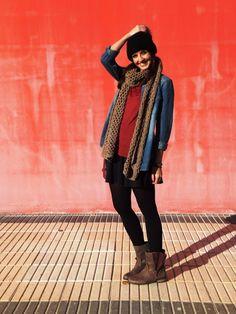 bloguera con botas de mustang, gorro de lana y camisa vaquera
