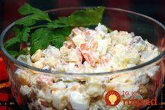 Tento šalát sa u nás robí odkedy si pamätám. Recept má moja starká ešte od svojej mamy. Nepoužívame doň zeleninu z konzervy a ak chcete, aby bol šalát extra chutný a krémový, vmiešajte doň nakoniec aj 1 vyšľahanú šľahačku. Potrebujeme: 2,5 kg zemiaky 3 ks mrkva 2 ks petržlen 1 plátok zeler 8 ks korenie... Potato Salad, Healthy Recipes, Healthy Food, Grains, Potatoes, Rice, Ethnic Recipes, Healthy Foods, Potato