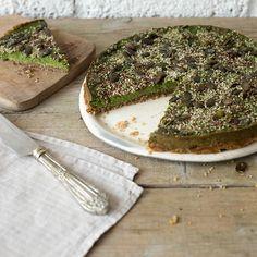 Wie wär's mit einem Stückchen Tarte als leckerer Snack? Diese glutenfreie Variante kommt ganz ohne Mehl aus und überzeugt mit nussigem Boden, bedeckt mit einer fein-würzigen Spinat-Avocado-Masse. Für den extra Crunch sorgen Kürbiskerne, Sesam und Leinsamen.
