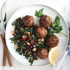 Recipe: Nordic meatballs with kale salad. A high-fibre meal with colour, flavour and Nordic style. (How Long To Bake Meatballs) Winter Salad Recipes, Kale Salad Recipes, Beet Recipes, Cooking Recipes, Healthy Recipes, Game Recipes, Spring Recipes, Vegetable Recipes, Delicious Recipes