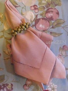 usinaZEN | toalha de mesa, guardanapos em cambraia de linho e anéis de guardanapo com contas de açaí | #tablecloth #napkins