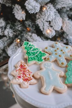 Christmas sugar cookies - this recipe is so easy and doesn't require chilling the dough!