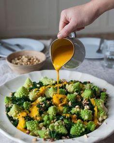 Denne skønne Kålsalat med orange kokosdressing er ikke alene sund, den smager også himmelsk og ser… Real Food Recipes, Vegetarian Recipes, Healthy Recipes, Food N, Food And Drink, Clean Eating, Healthy Eating, Food Crush, Dressing