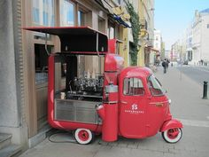 Quirky and Affordable Vintage Caravans to Spend the Night Food Truck Design, Food Design, Vespa, Coffee Food Truck, Mobile Coffee Shop, Mobile Cafe, Mobile Food Trucks, Coffee Van, Piaggio Ape