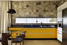 Box House by 1:1 arquitetura:design kitchen #cozinhaamarela #homedecor #decoração #cozinhaintegrada #apartamentodecorado #ladrilho #tiles