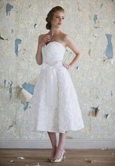 Vestido de novia debajo de la rodilla estilo vintage - Foto: Ruche