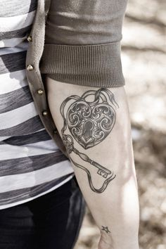 schl sseltattoos locken and perl perlen on pinterest