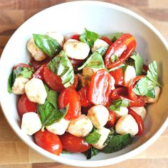 Cherry Tomato Caprese Salad 21 High-Protein Snacks To Eat When You're Trying To Be Healthy Salade Caprese, Tomato Caprese, Caprese Salad Recipe, Caprese Skewers, Salad Recipes, Tomato Salad, High Protein Snacks, Healthy Snacks, Healthy Eating