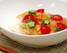 「夏ジュレ☆純米めん」付属のえごま醤油つゆと夏野菜で見た目も楽しいフルフルジュレにしました。ガラスの小鉢に盛りつけて夏のパーティシーンにもオススメです♪【楽天レシピ】
