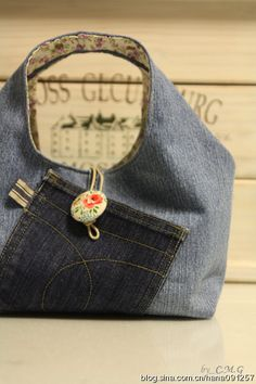 Excellent idea to reuse jeans and would look very cute with brights funky fabric on the inside and stitched up with bright thread for contrast-LS Diy Couture, Couture Sewing, Diy Handbag, Handbag Tutorial, Denim Handbags, Denim Purse, Do It Yourself Fashion, Denim Ideas, Denim Crafts