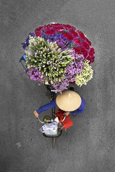 Ao observar detalhes que parecem banais, Loes Heerink criou uma delicada série em que retrata do alto, vendedoras vietnamitas em suas bicicletas.