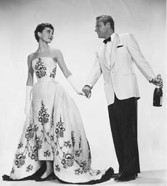 Dress which Audrey Hepburn wore in the 1954 romantic comedy Sabrina. The dress was designed by Givenchy but the Oscar was won by Edith Head who didn't make a mention until years later. Givenchy never complained. Sabrina Audrey Hepburn, Boda Audrey Hepburn, Audrey Hepburn Givenchy, Audrey Hepburn Pictures, Audrey Hepburn Wedding Dress, Movie Wedding Dresses, Wedding Movies, Gown Wedding, Party Dresses