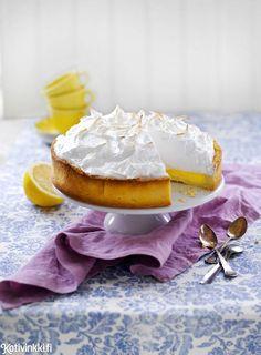 Raikas ja sopivan makea sitruunapiirakka syntyy vain muutamasta raaka-aineesta. Upota lusikka hattaraiseen marenkipilveen.