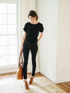 minimalist fashion Stunning Womens Black Jeans Outfits To Copy Right Now. For some women, black jeans might even outdo the tiny black dress Black Jeans Women, Black Women Fashion, Look Fashion, Trendy Fashion, Fashion Trends, Womens Fashion, Cheap Fashion, Monochrome Fashion, Black Jeans Brown Shoes