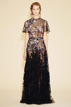 Valentino Resort 2016 floral appliqués gown // Pinned by Dauphine Magazine x Castlefield - Curated by Castlefield Bridal & Branding Atelier and delivering the ultimate experience for the haute couture connoisseur! Fashion Week, Look Fashion, Runway Fashion, Fashion Models, High Fashion, Fashion Show, Fashion Design, Korean Fashion, Fashion Glamour