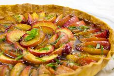 Tarte croquante aux brugnons et caramel Ratatouille, Vegetable Pizza, Caramel, Vegetables, Ethnic Recipes, Desserts, Food, Crack Pie, Kitchens