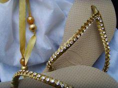 sandalia dourada com Strass