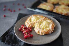 Sallys Rezepte - Puddingbrezeln aus Plunderteig / Puddingteilchen Home Recipes, Food And Drink, Pie, Sweets, Cheese, Baking, Pancake, Food Porn, Pretzels