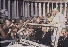 Papa João Paulo II instantes antes de ser atingido por um disparo. Na foto aparece a pistola na mão de Mehmed Ali Agca (Praça de São Pedro 13-5-1981)