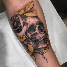 Tatuagem feita por Ag Tattoo de São Paulo.    Caveira com rosa e folhas em amarelo.