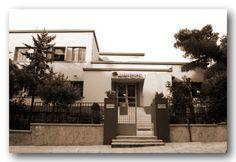 Το Πολυιατρείο - Κέντρο Υγείας Βύρωνα.  Μέχρι τα τέλη του 1922 δεν υπήρχε στην Ελλάδα ξεχωριστό Υπουργείο Υγείας και Κοινωνικής Πρόνοιας. Αφορμή για τη δημιουργία του υπήρξε η έλευση στην Ελλάδα του 1,5 εκατ. περίπου προσφύγων. Και έγινε με το Ν.Δ. της 13/12/22. Garage Doors, Outdoor Decor, Home Decor, Pictures, Decoration Home, Room Decor, Home Interior Design, Carriage Doors, Home Decoration