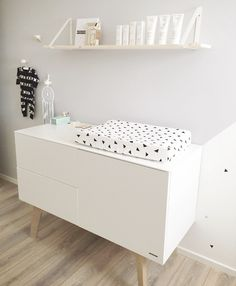 We spotten het kamertje van Mauk op Instragram en willen hem Baby Bedroom, Baby Room Decor, Nursery Room, Kids Bedroom, Nursery Ideas, Monochrome Nursery, Nursery Modern, Nursery Neutral, Modern Dresser