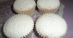 Fabulosa receta para Marquesas. Las marquesas son unos bizcochos muy finos y esponjosos cuya masa es parecida a la del mazapán. Lo creó un confitero de un pueblo de Toledo llamado Sonseca a principios del siglo XX y desde entonces se prepara y comercializa durante las Navidades. Suelen tener forma cuadrada, aunque las mías salieron redondas. Utilicé las cápsulas y mi molde de cupcakes para hacerlas Muffin, Breakfast, Desserts, Recipes, Food, Christmas Recipes, Sweet Bread, Almonds, Pound Cake