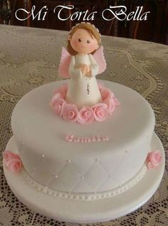 Decoración para Comunión: 3 ideas originales para decorar Pretty Cakes, Beautiful Cakes, Fondant Cakes, Cupcake Cakes, First Holy Communion Cake, Religious Cakes, Confirmation Cakes, Angel Cake, Celebration Cakes