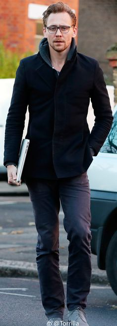 Tom Hiddleston spotted in London on November 30, 2016. Full size image: http://ww4.sinaimg.cn/large/6e14d388gw1faakg7tbvtj22tc480kjl.jpg Source: Torrilla