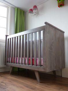 Het ontwerp van deze retro ledikant is gebaseerd op commode die Timmerbedrijf Schinkel eerder maakte voor deze babykamer. Het grenenhouten meubel heeft dezelfde schuine pootjes en is uitgevoerd met een greywash afwerking.